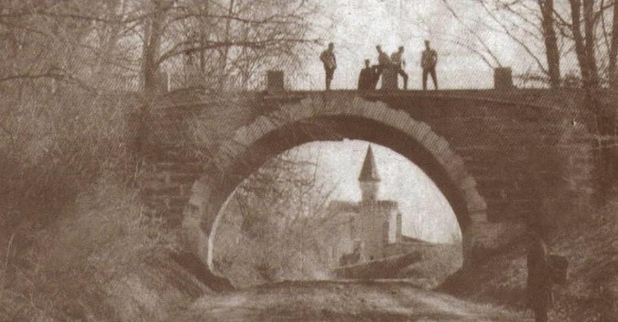 Мост с Домом притчей в его арке