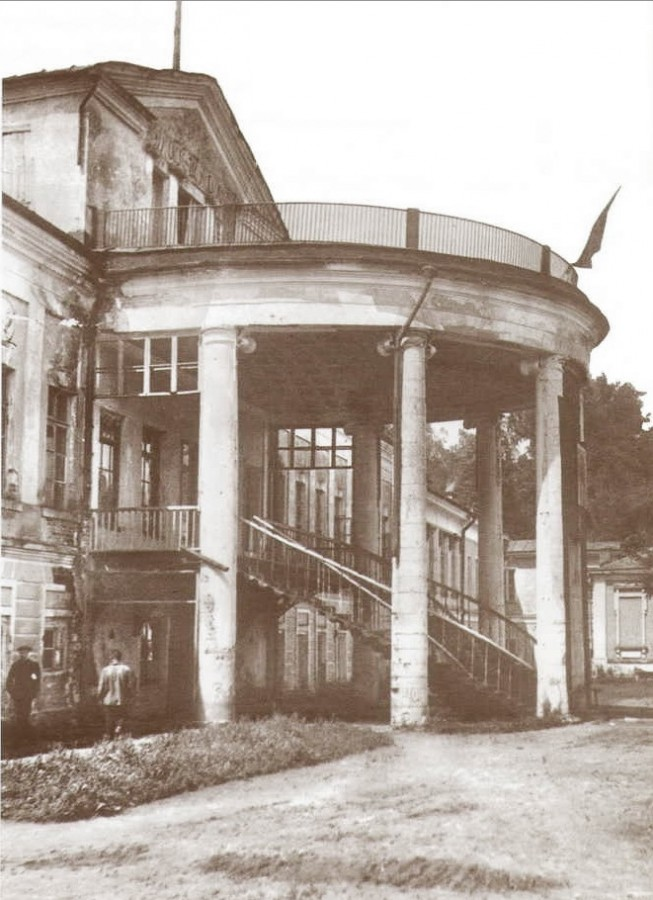 Ротонда усадебного дома - чугунные лестницы на 2-й этаж