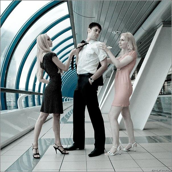 фото парень и две девки