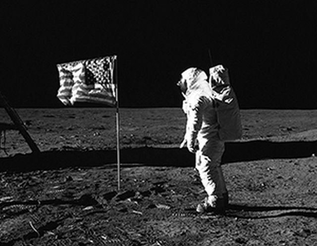 В РАН оценили вероятность инсценировки высадки американцев на Луну