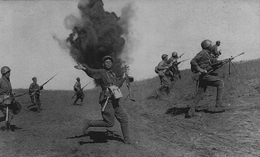 «Кнуты» и «пряники» Сталина: как вдохновляли бойцов в первые месяцы войны