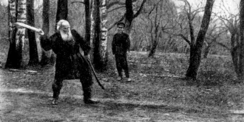 Лев Николаевич играющий в городки
