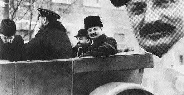 Троцкий во время подписания договора