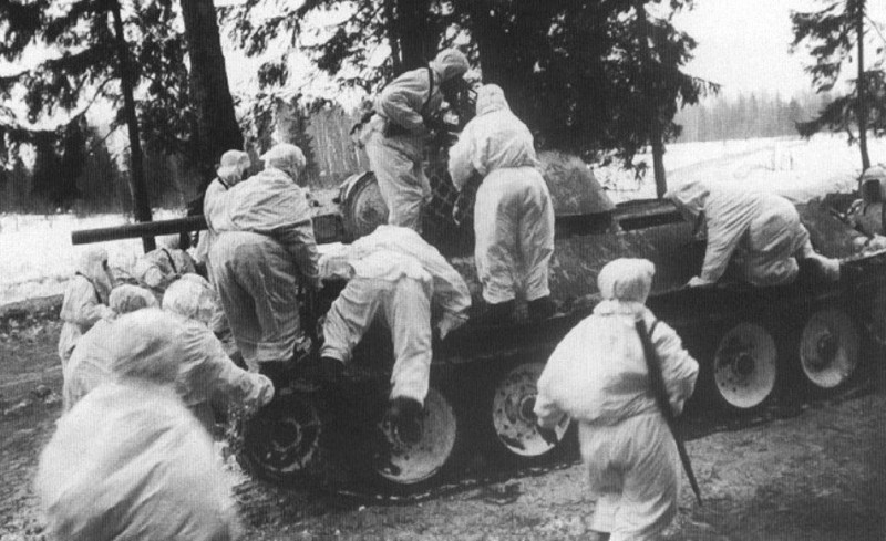 Танкисты Катукова забирают на броню пехоту