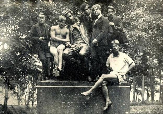 Есенин со студентами сельскохозяйственного института в Пушкине