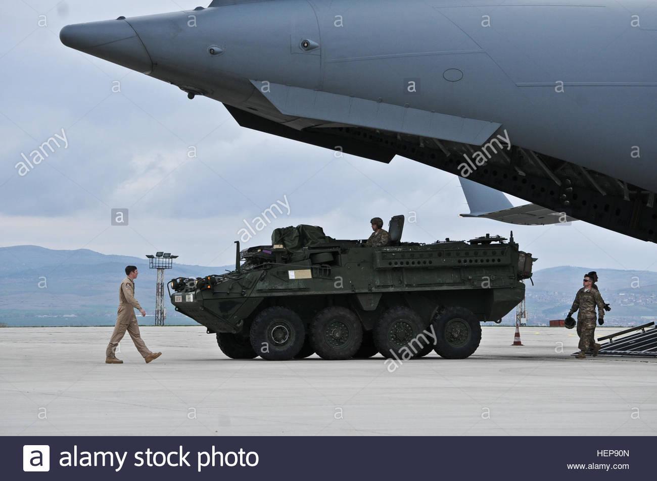 """C-17 Globemaster в аэропорту Бургаса. Аэропорт Бургаса был пунктом дислокации стратотанкера Боинг KC-135 для дозаправки в воздухе стратегической авиации, направляющейся в Ирак в операции """"Иракская свобода"""""""