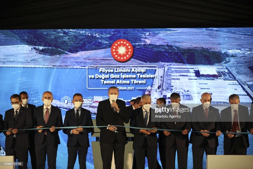 Президент Турции Реджеп Тайип Эрдоган принимает участие в церемонии открытия порта Филос и закладки фундамента для объектов по переработке природного газа в Зонгулдаке, Турция, 04 июня 2021 года. (Фото: Dogukan Keskinkilic/Агентство Anadolu через Getty Images)