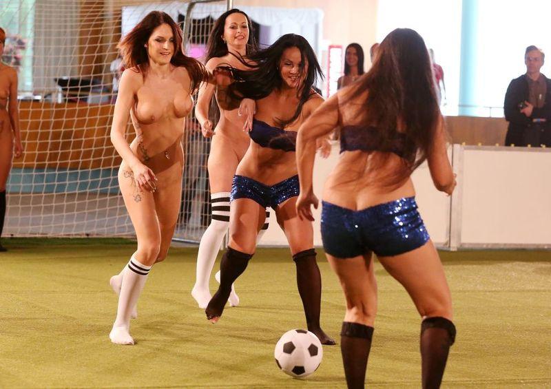 голый женский футбол фото - 11