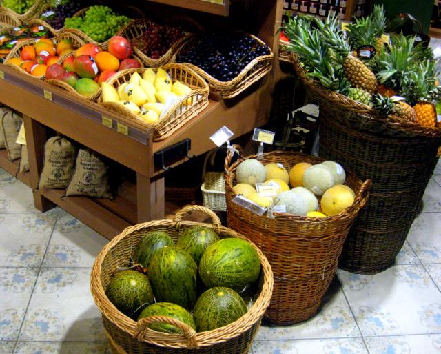 дыни, ананасы, манго, хурма