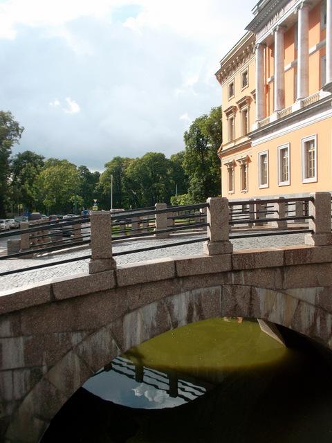 У Михайловского замка