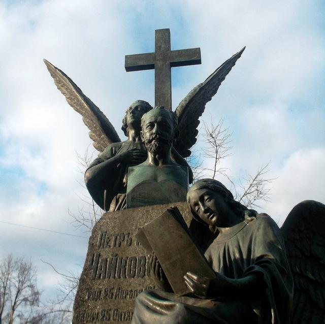 Памятник на могиле Чайковского