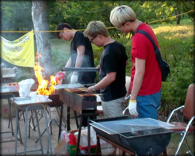 парни готовят