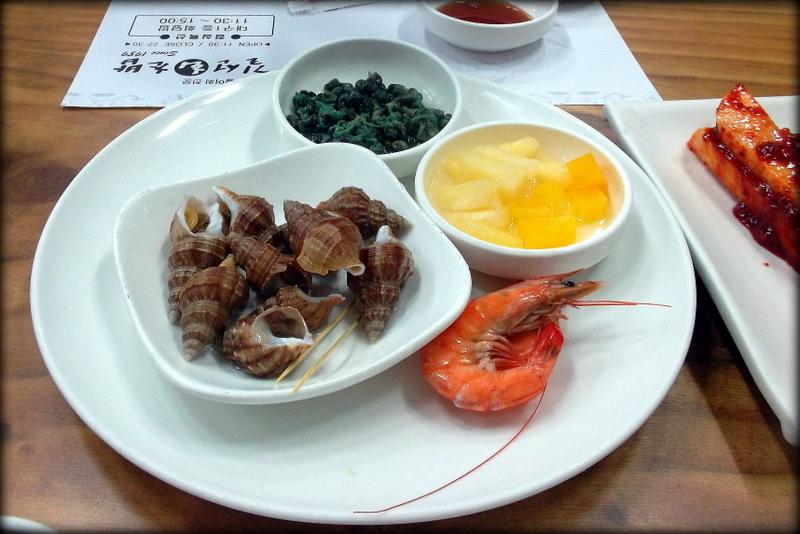 улитки, ананас и креветка