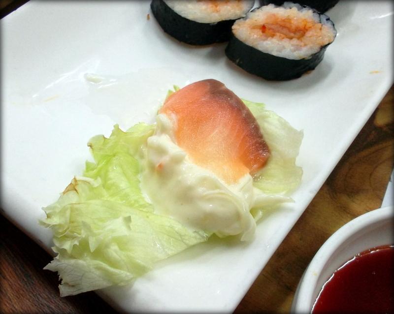 красная рыба на капустном листе