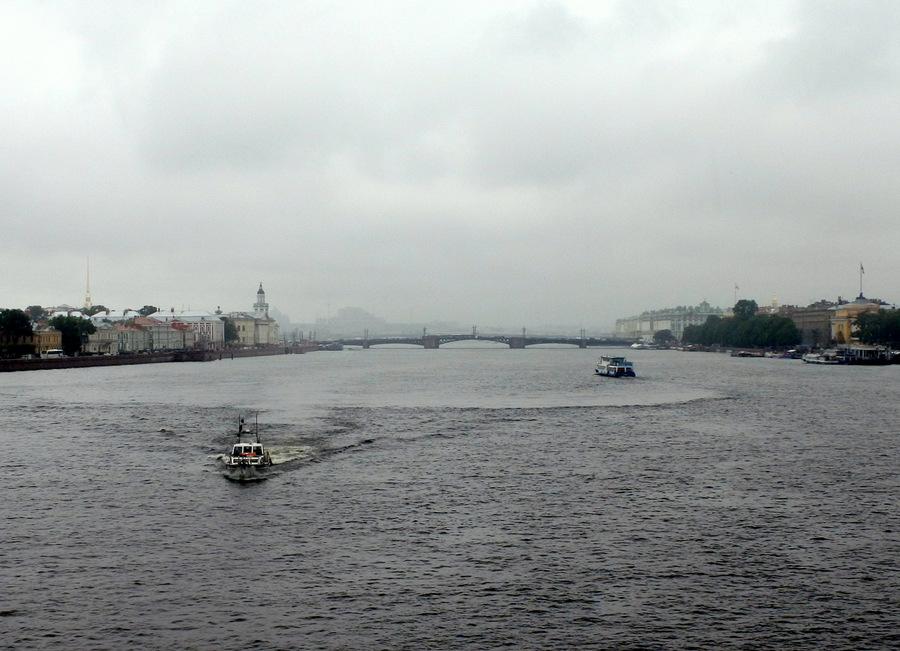 катер и речной трамвай