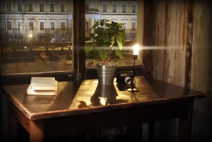 Цифербург. У окна.