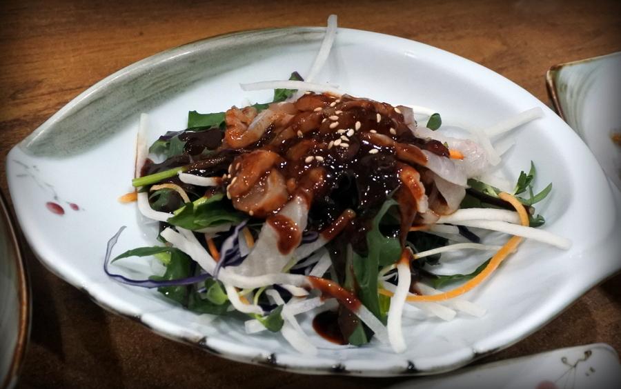 салат с сырой рыбой