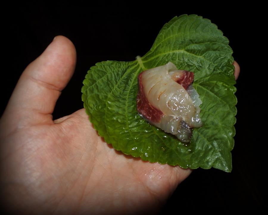 кунжутный лист и сырая рыба