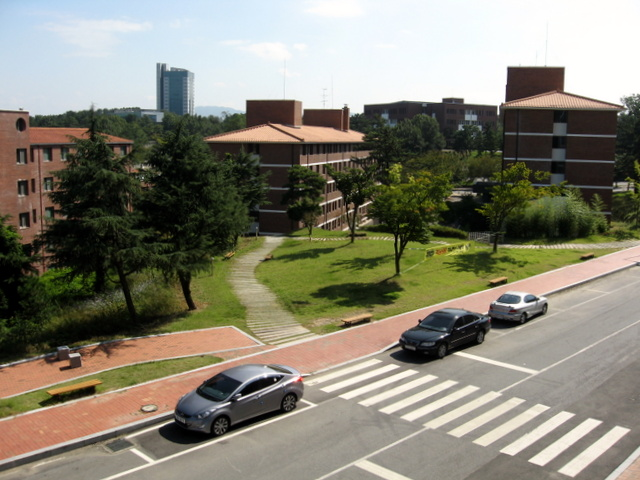 Университет Тэгу. Вид на главное здание и общежития
