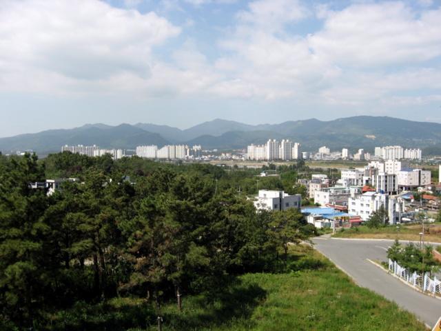 Вид на деревню Нэрири и городок Хаян