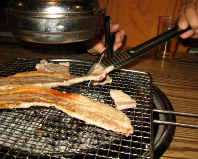 Приготовление свинины на решётке