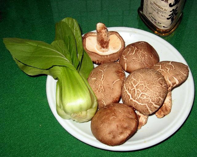 Шанхайская капуста бок чой и грибы шиитаке