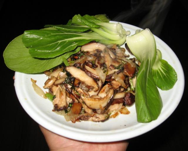 Жареные грибы с шанхайской капустой