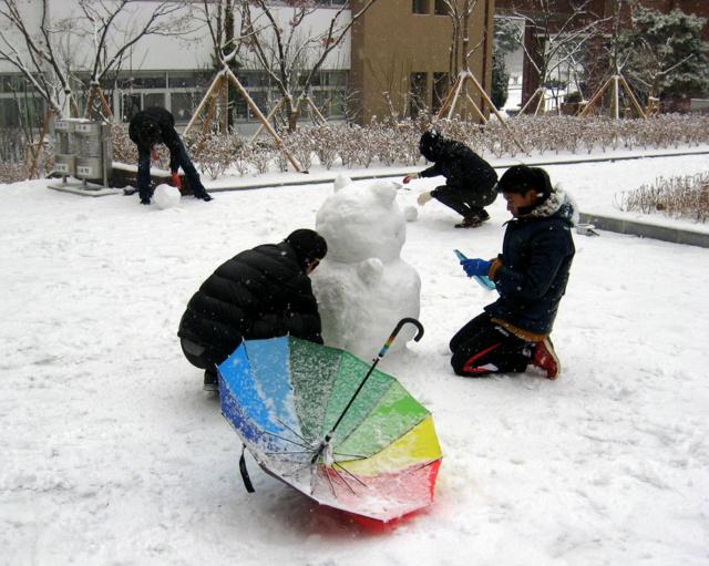 Корейские студенты лепят снеговика