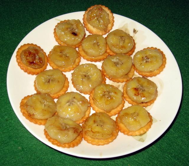печенье с жареным бананом на тарелке