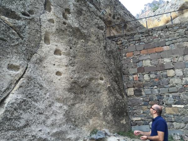 Ямки в скале