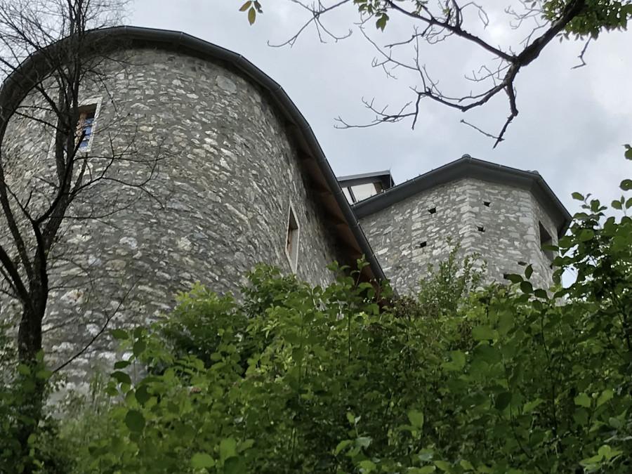 Кто-то едет на село, а кто-то живет в замке
