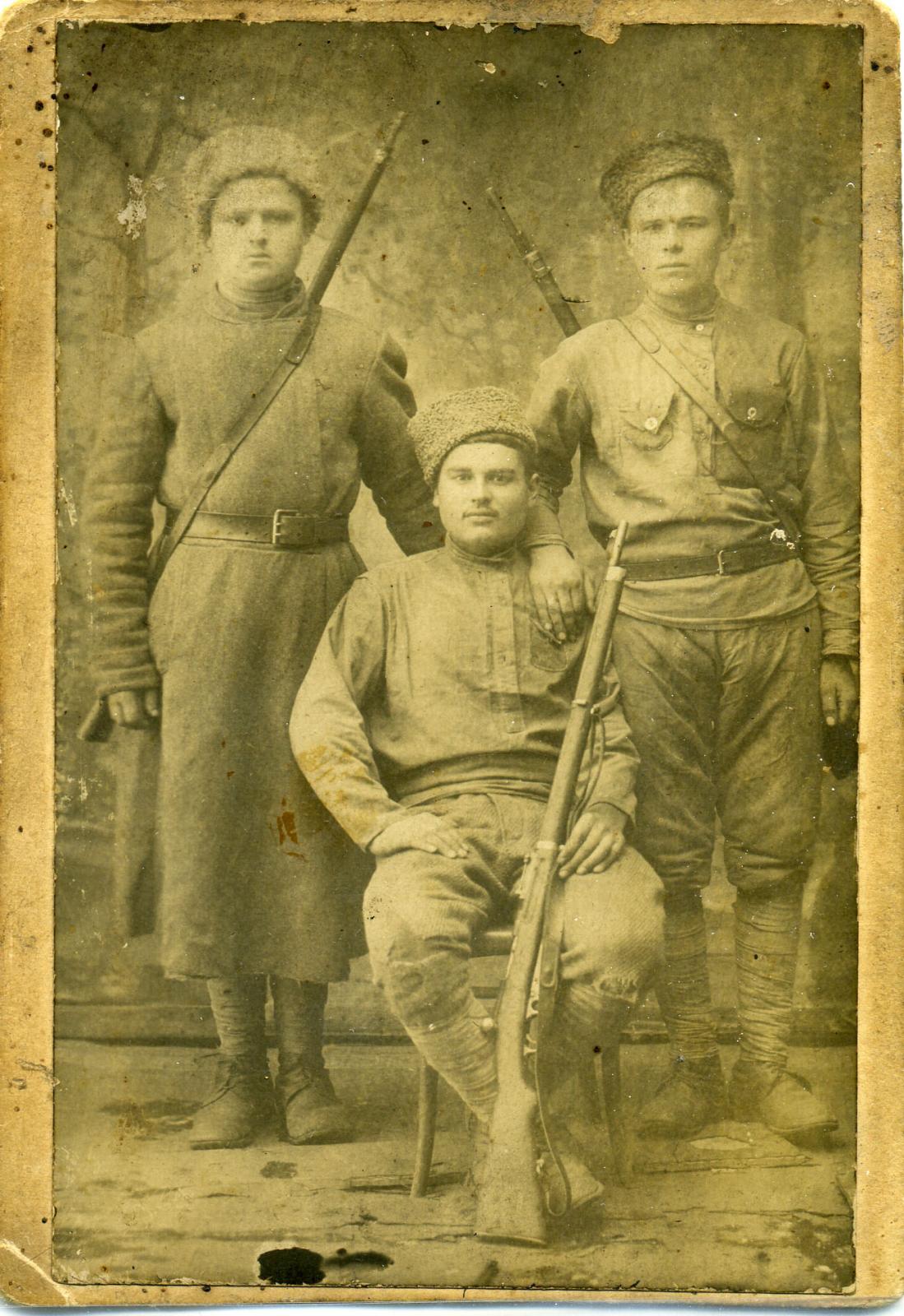 Бубнов С. И. (в середине) в годы Гражданской войны.