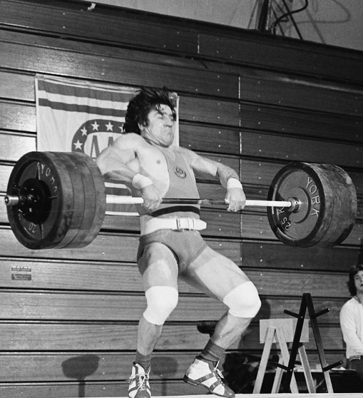 сила штангиста — взрывная,  кислород мышцы не успевают употребить.