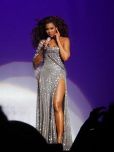 женщина на сцене