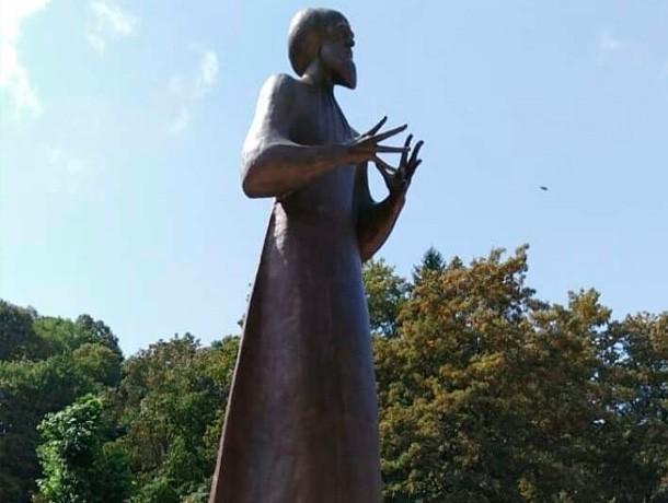 20180908_18-51-Спорный памятник Солженицыну установили на День Города в Кисловодске