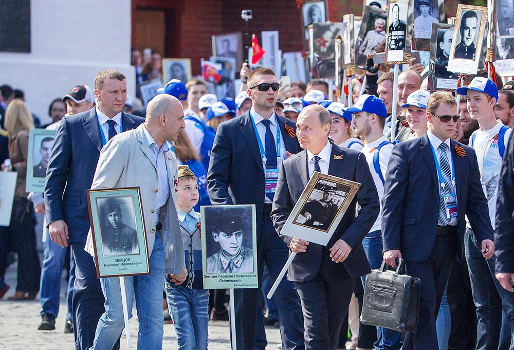 Владимир Путин и Николай Земцов на Красной площади во время шествия Бессмертного полка. 9 мая 2015 год