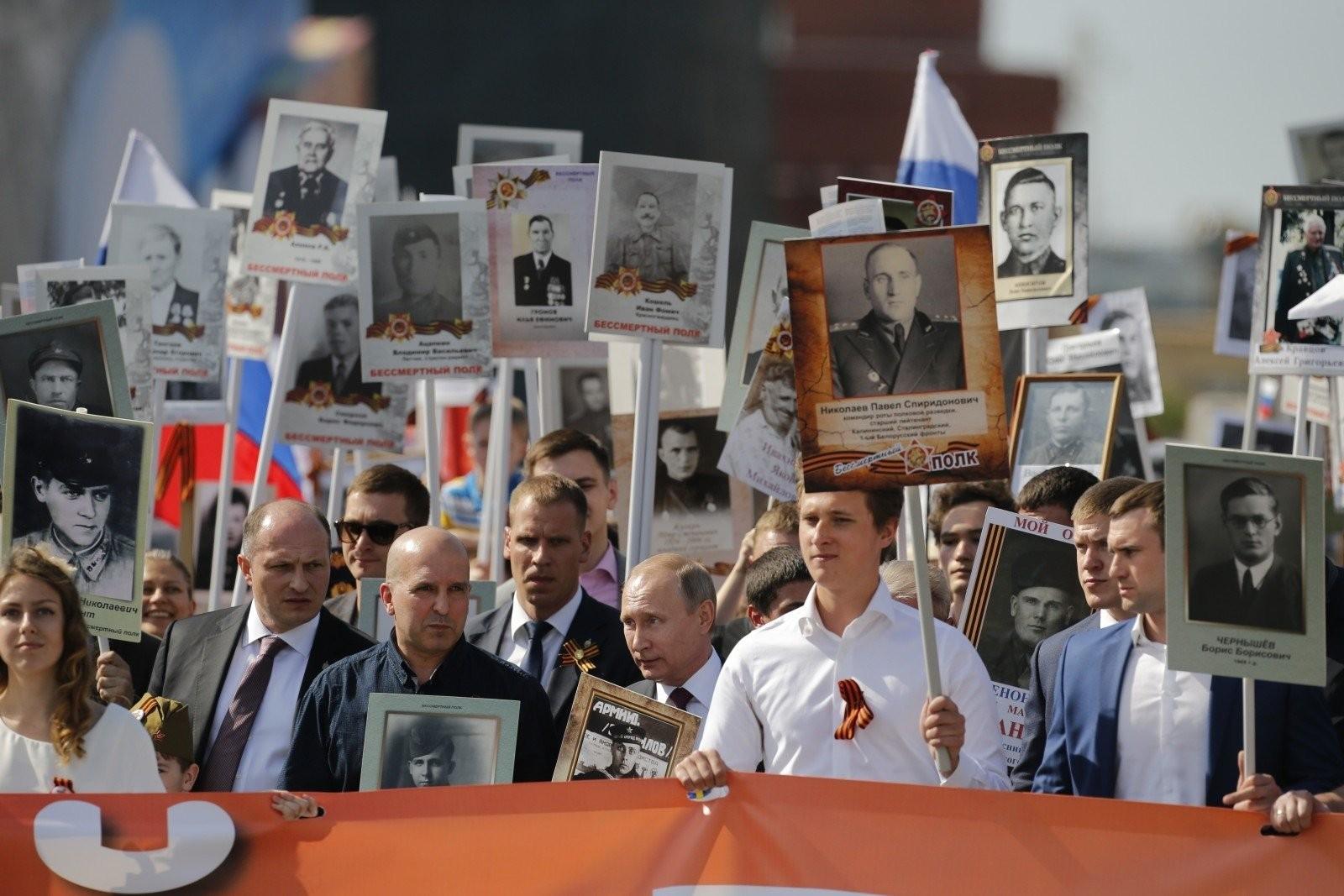 Николай Земцов и Президент России Владимир Путин на шествии Бессмертного полка. Москва, Красная площадь. 9 мая 2016 год.