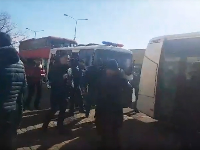Полиция задержала несколько десятков человек, которые собрались у ТЦ Шапагат в Астане, чтобы выразить несогласие с переименованием города в Нурcултан-pic1