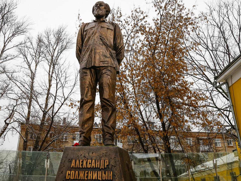 20190620_14-00-Неизвестные испортили памятник Солженицыну, выделив слово лжец-pic1