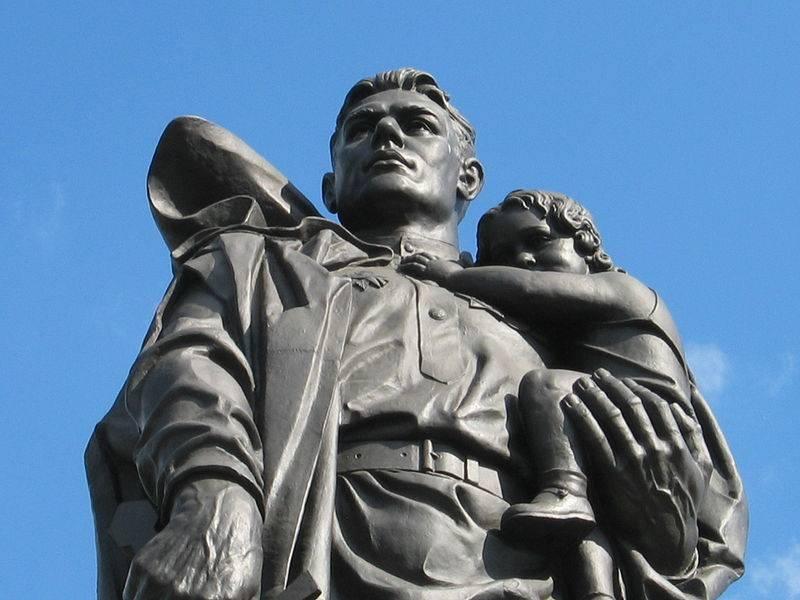 20190825_03-23-Памятники советским воинам за рубежом защитит новый закон — Шойгу-pic1