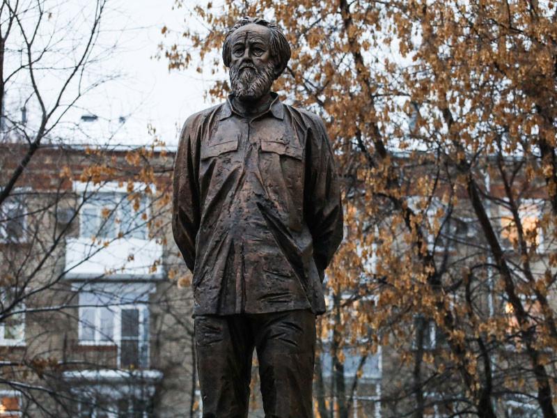 20190620_14-29-В Москве надпись на памятнике Солженицыну превратили в слово лжец (ФОТО)