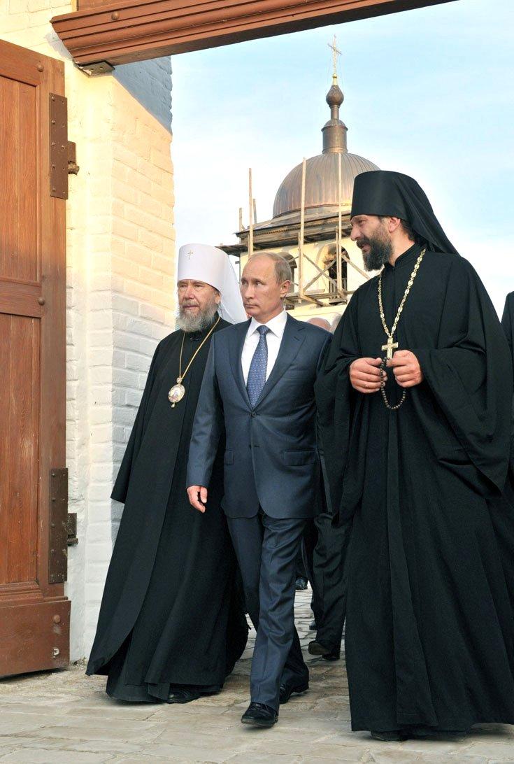 Митрополит Анастасий (слева) с Владимиром Путиным и настоятелем Свияжского Богородице-Успенского мужского монастыря игуменом Силуаном 28 августа 2012 года
