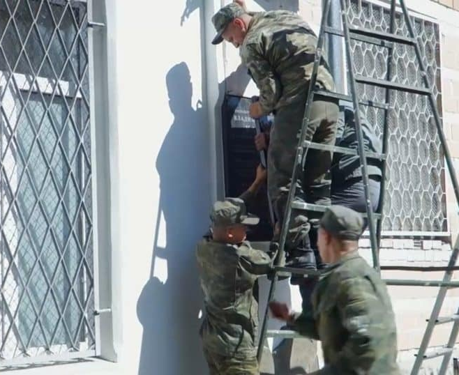 20190825_10-30-Мемориальную доску белому генералу Каппелю демонтировали-pic1a