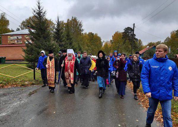 20190923_13-03-Крестный ход детей- в грязь и дождь школьники шли вымаливать хорошее образование-pic1