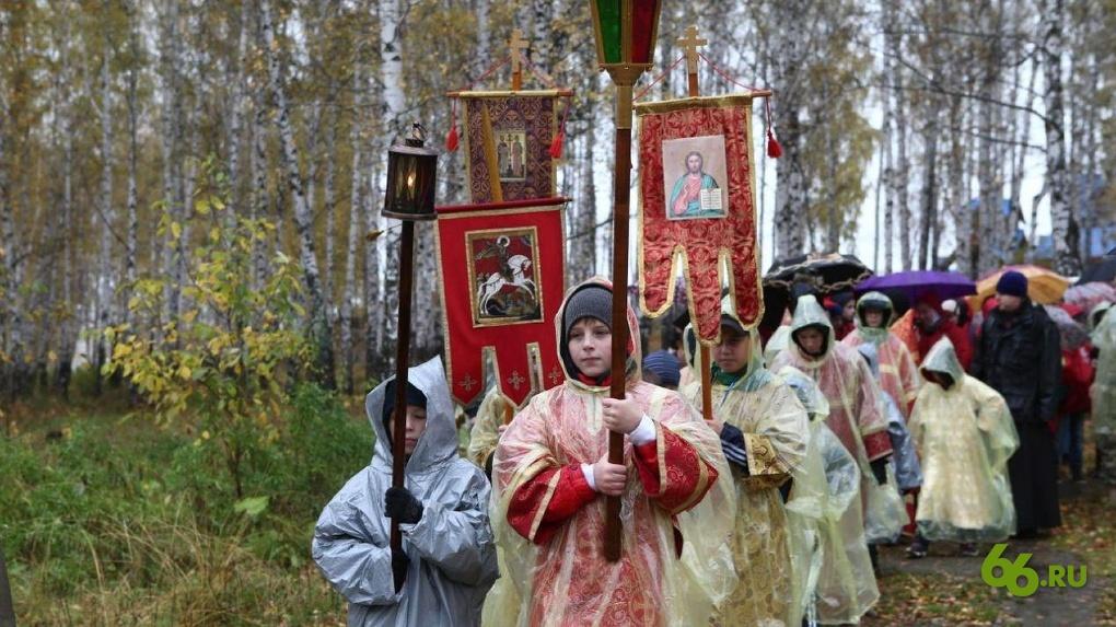 20190922_13-26-Десятки школьников с крестами под дождем молились о хороших оценках