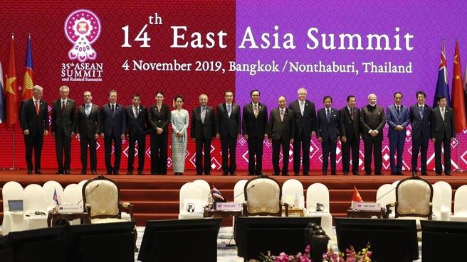20191104_10-45-Совместное фотографирование глав делегаций стран – участниц 14-го Восточноазиатского саммита-pic1