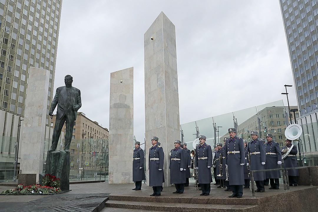 Памятник государственному и общественному деятелю Евгению Примакову на Смоленской площади напротив здания МИД РФ