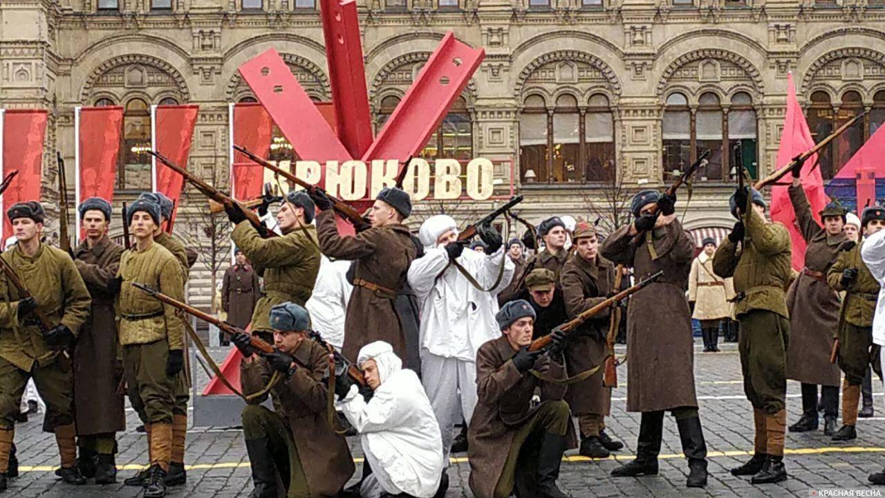 20191107_13-16-Это пародия на реальный парад — историк Спицын о действе на Красной площади-pic1