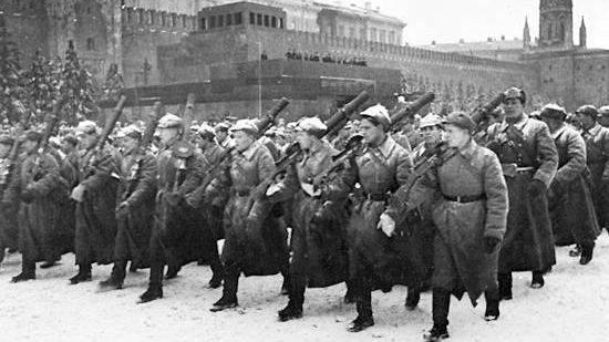 20191107_13-16-Это пародия на реальный парад — историк Спицын о действе на Красной площади-pic2