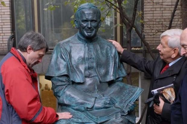 Памятник Иоанну Павлу II в Москве